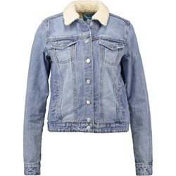 a63fd638ef11e Jak nosić ubrania w stylu lat 80. - Trendy w modzie w Domodi