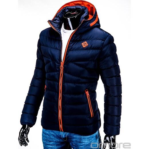 Moda na pikowane kurtki. Styl casual, umiarkowany elegancki – w zależności od fasonu pikowanej kurtki, może ona dobrze zgrać się nawet z garniturem. Jeśli wybierzemy fason w stonowanych kolorach to doskonała alternatywa na wieczorne wyjście.