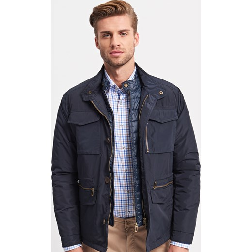 Kurtki biker jacket i ramoneski zdobią futrzane kołnierze, a jeansowe katany zastępują sztruksowe kurtki. Popularna parka, idealna na jesienne deszcze, zyskuje bardziej klasyczną i elegancką formę.