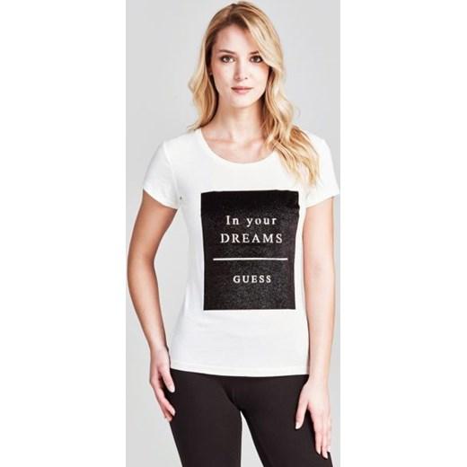 8983f39002f2c Biała bluzka damska Guess z krótkim rękawem młodzieżowa z napisami w ...