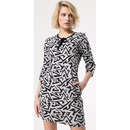 346308f453 Sukienka Born2be na co dzień z długimi rękawami mini w abstrakcyjnym wzorze  z żabotem prosta ...