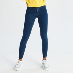 c5aac380b0c8c2 Granatowe jeansy damskie Sinsay w miejskim stylu