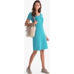 844b8a855aea75 Sukienka The Basics z okrągłym dekoltem z krótkim rękawem prosta w paski  midi