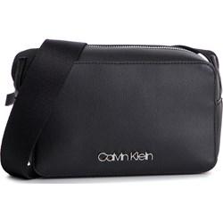 dc69daa19cd1d Calvin Klein listonoszka średnia czarna matowa na ramię bez dodatków