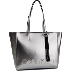 027f0f6c02a18 Shopper bag Calvin Klein na wakacje mieszcząca a6 z tłoczeniem z  breloczkiem ...