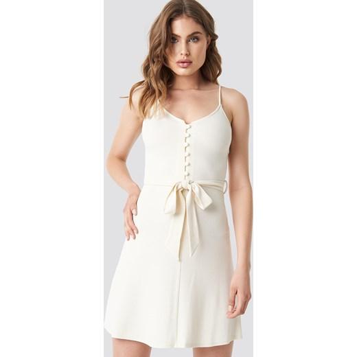 99d556de32 Sukienka biała Mango z dekoltem v trapezowa mini w Domodi