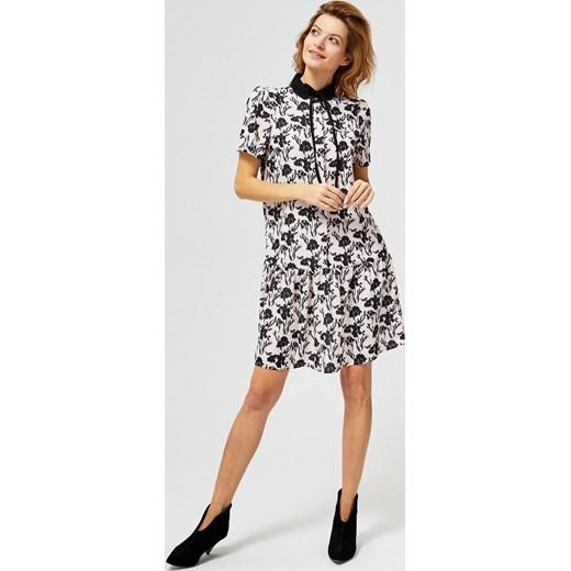 642a0a70a0 Sukienka w kwiaty mini prosta z krótkim rękawem z kołnierzykiem w Domodi