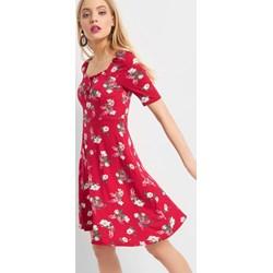 6911e25439eb02 Sukienka ORSAY midi prosta z dekoltem karo na spacer z krótkim rękawem