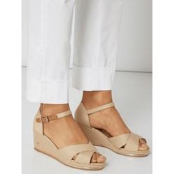 b176e7c75339c Beżowe sandały damskie Tommy Hilfiger bez wzorów z klamrą na średnim obcasie  z tkaniny