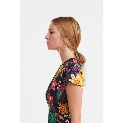 bbb67059d6 ... Sukienka Reserved z krótkim rękawem w kwiaty na spacer z okrągłym  dekoltem