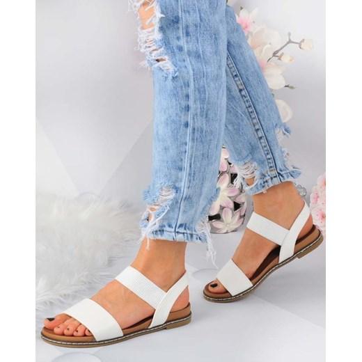 białe sandały na płaskim obcasie