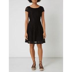a8d365ea168e1 Sukienka czarna Vero Moda z okrągłym dekoltem rozkloszowana z krótkim  rękawem
