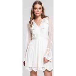 624324faf1cd7 Sukienka Renee mini z haftem dzienna z dekoltem v