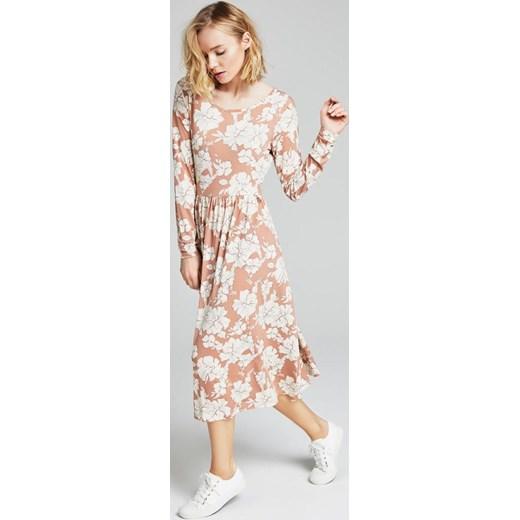 Sukienka Diverse maxi w kwiaty na spacer z długimi rękawami