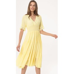 c331c55f3 Żółta sukienka Born2be rozkloszowana w serek