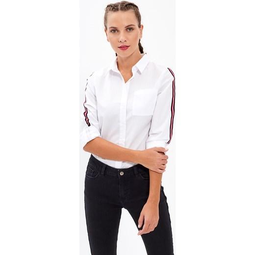 Damska koszula jeansowa. Jak skompletować stylizacje na co