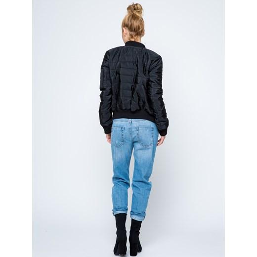 czarna kurtka i niebieskie spodnie