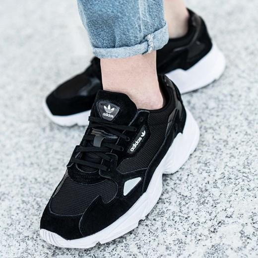 Buty sportowe męskie czarne Adidas sznurowane zamszowe w Domodi