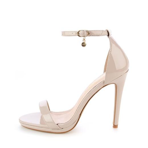 Beżowe sandały z zakrytą piętą Primamoda Sandały damskie