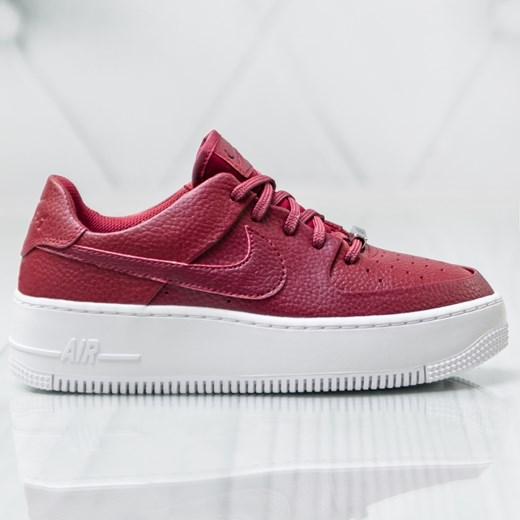 Buty sportowe damskie Nike czerwone gładkie w Domodi