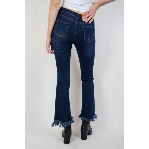 Ciemne spodnie jeansowe dzwony z poszarpaną nogawką .pl