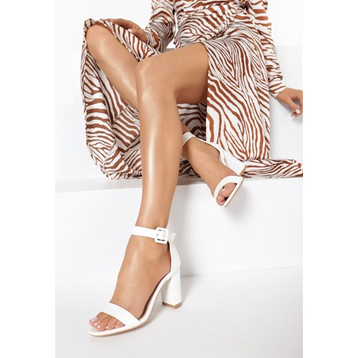 Sandały damskie Born2be białe na obcasie z klamrą w Domodi