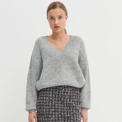 Sweter damski House casualowy w serek Odzież Damska NF szary YYYE