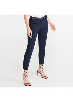 Granatowe spodnie cygaretki damskie reserved, wiosna 2020 w