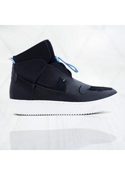 Czarne sneakersy nike, modne kolekcje 2020 w Domodi