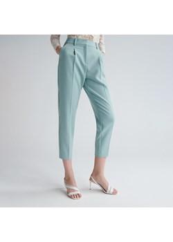 Niebieskie spodnie cygaretki damskie reserved, wiosna 2020 w
