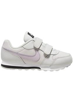 Białe buty sportowe dziecięce nike rzepy, lato 2020 w Domodi