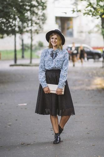 b9a9bce710 Jak nosić spódnicę midi  - Trendy w modzie w Domodi